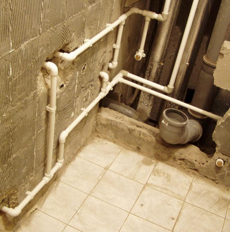 Крепление пластиковой трубы к стене