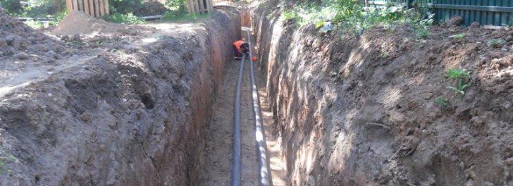 Прокладка полиэтиленовых труб в земле